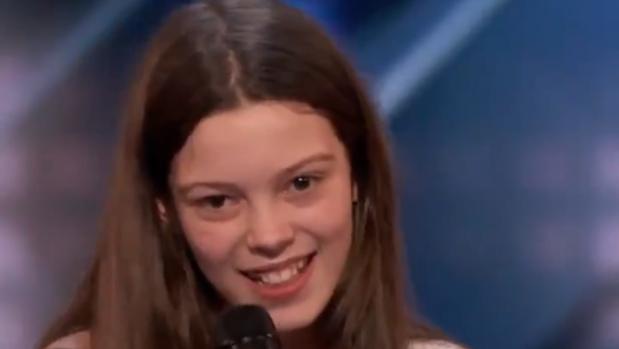 La pequeña Courtney, antes de interpretanr «Hard to handle»