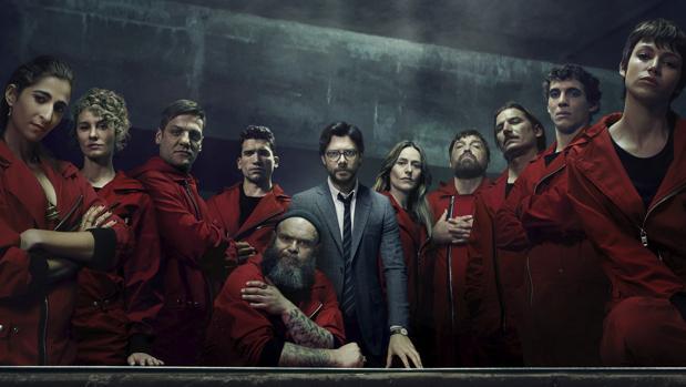 El Profesor (Álvaro Morte), en el centro, rodeado por sus atracadores de la tercera temporada
