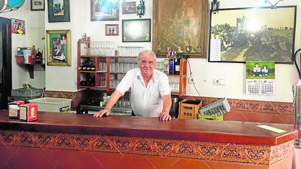 Francisco Romero posa orgulloso en la barra de su bar