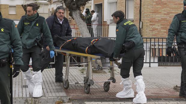 La Guardia Civil traslada el cuerpo de Carlos C. M. en la mañana de este jueves