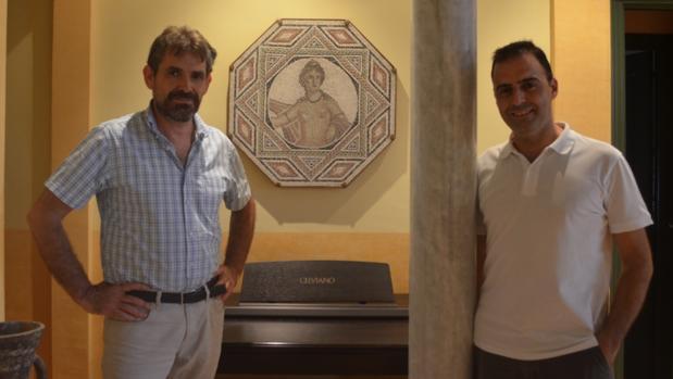 Manuel y Ángel son dos grandes aficionados sevillanos a los mosaicos de estilo clásico