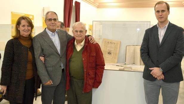 Miembros de la familia del poeta Padro Garfia junto al delegado municipal de Cultura