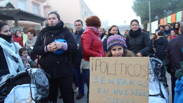 Alumnos, madres y padres se han vuelto a concentrar a las puertas del colegio público