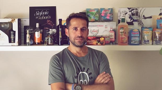Alfonso Pereira en su estudio junto a los diseños más destacados que él ha creado