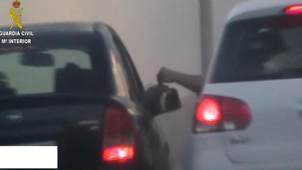 Imagen ofrecida por la Guardia Civil en la que se observa un pase de droga