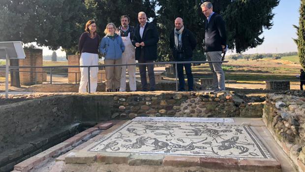 El mosaico con escenas cómicas de pigmeos luchando con grullas, rodeado por un canal por donde discurriría agua corriente