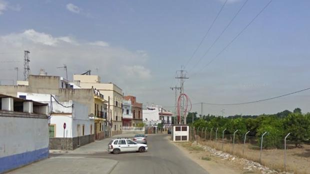 En esta calle de la zona del Aral, fuera de La Algaba, apareció el cuerpo del joven el pasado domingo