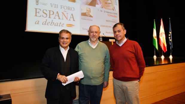El escritor Juan Eslava Galán, el alcalde de Tomares, José Luis Sanz y el moderador del debate, Cristóbal Cervantes (izquierda)