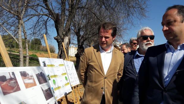 El alcalde de Mairena, Antonio Conde, junto con el delegado del Gobierno en Andalucía, Gómez de Celis