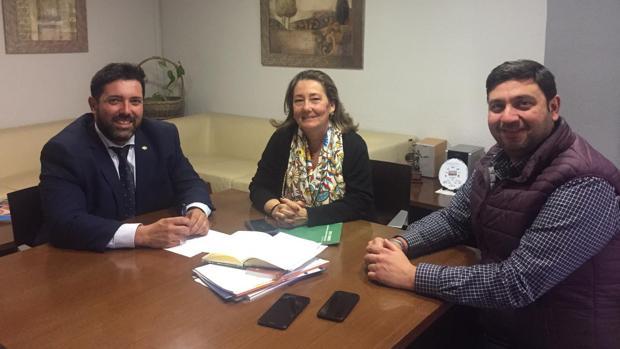 El alcalde de Lora del Río y el concejal delegado de Sanidad flanquean a la delegada territorial de Salud y Familias en Sevilla, Regina Serrano