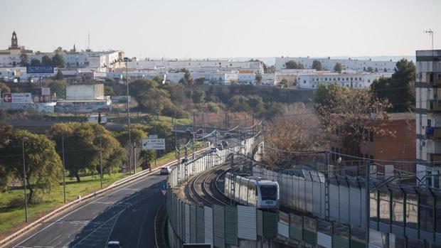 Un tranvía del metro circula desde la estación de San Juan Alto a San Juan Bajo