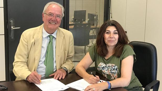 Acto de firma del convenio entre el presidente del Clúster Smart City, Mariano Barroso, y Carmen Gil, delegada de Innovación del Ayuntamiento de Dos Hermanas