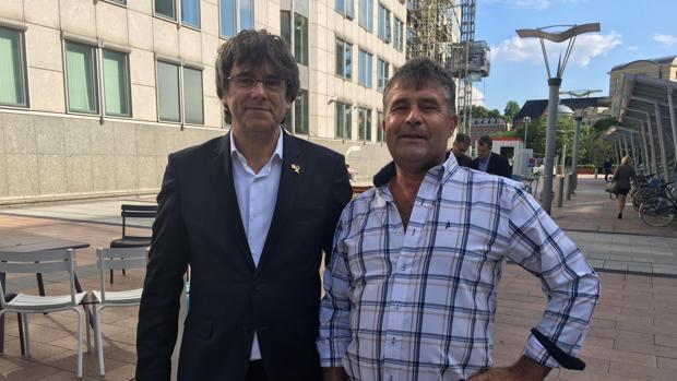 Carles Puigdemont y el agricultor de Arahal que consiguió hacerse una foto ante el Parlamento europeo