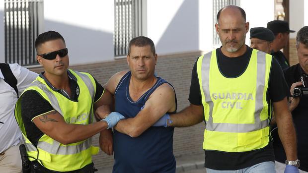 Dos agentes de la Guardia Civil detienen en julio de 2017 a Manuel González en Almadén de la Plata