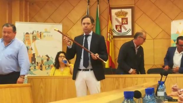 Juan Jiménez (PP) con el bastón de mandos tras la investidura en La Roda de Andalucía