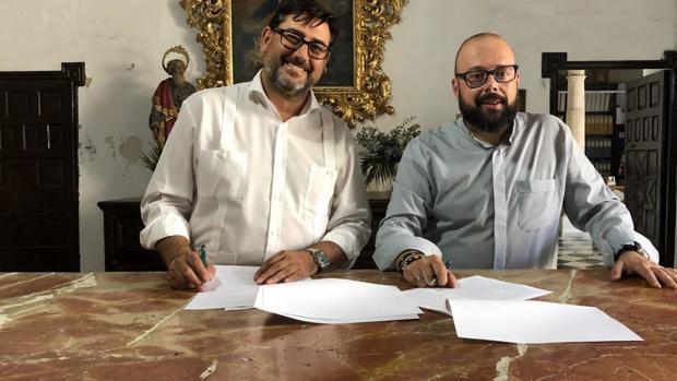El alcalde de Utrera firmando uno de los convenios con el párroco de Santiago el Mayor