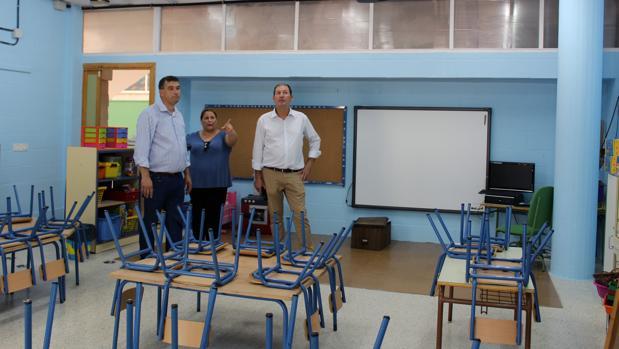 Los delegados municipales de Obras y Educación, David Pan y María del Mar Pérez, y el alcalde, Francisco José Martínez (derecha), durante la visita al Ana Josefa Mateos