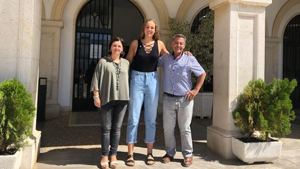 Marta García junto a la alcaldesa de Marchena, María del Mar Romero, y al concejal de Deportes, José María Estepa