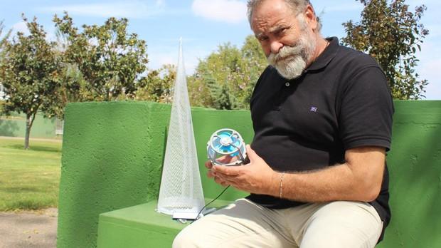 Leocadio Ramos muestra el dispositivo del «capirocool», su último invento patentado