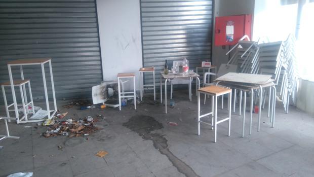 El mercado está cerrado de manera cautelar y sigue acumulando suciedad