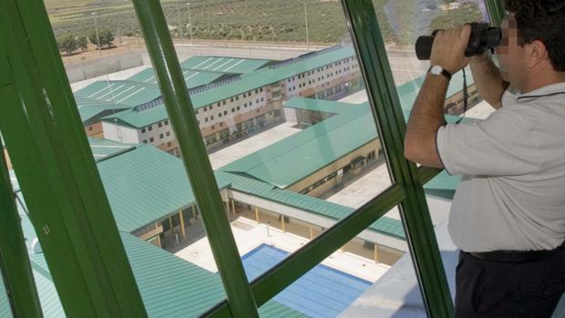 Imagen de archivo de un funcionario de prisiones en la prisión de Sevilla II