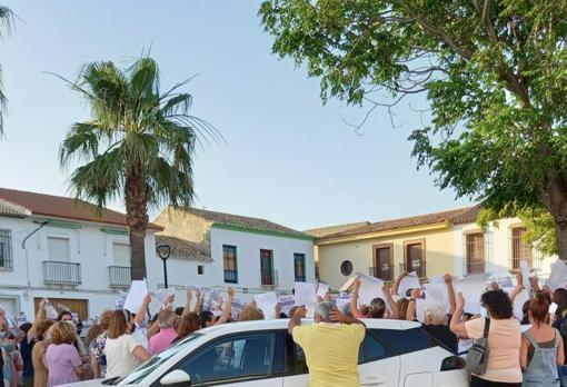 Vecinos de Martín de la Jara se concentraron antes de conocer la terrible noticia