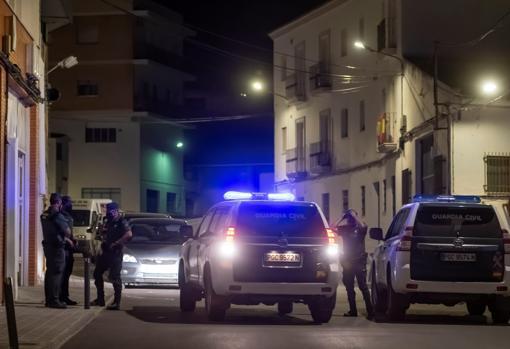 Varias patrullas de la Guardia Civil por Estepa mientras se cerraban los trabajos de rastreo