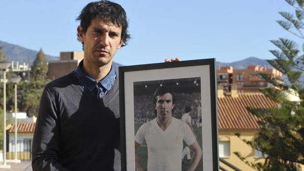 Roberto Gómez posa para ABC con una foto de su padre