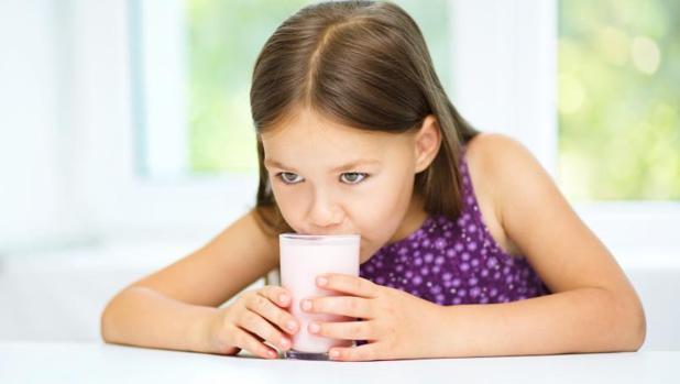 Los pediatras recomiendan que los bebés y niños solo beban, según la etapa, leche materna o de fórmula, agua y leche de vaca