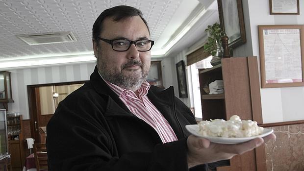 Antonio Casado muestra la que a su juicio es la mejor ensaladilla de Sevilla, la de Mariscos Emilio