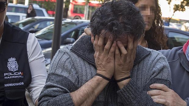 El acusado se tapa el rostro mientras es conducido a los Juzgados