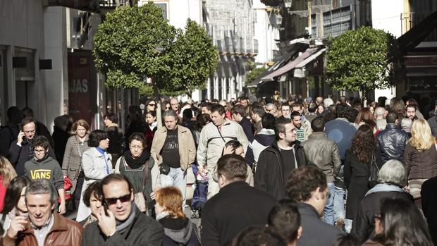 Una de las calles del centro de Sevilla, en horario comercial