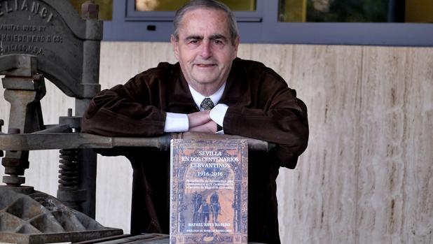 Rafael Raya con un ejemplar de su libro