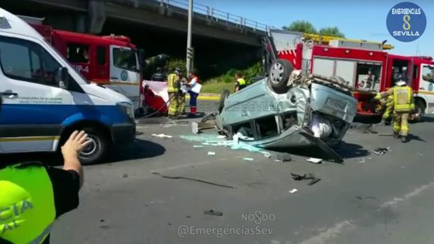 Aparatoso accidente en Alcosa al caer un coche del puente de la A-4