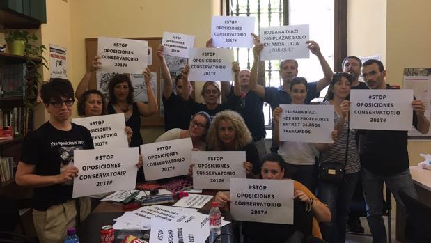 Parte del colectivo que se ha encerrado en el Ayuntamiento de Sevilla