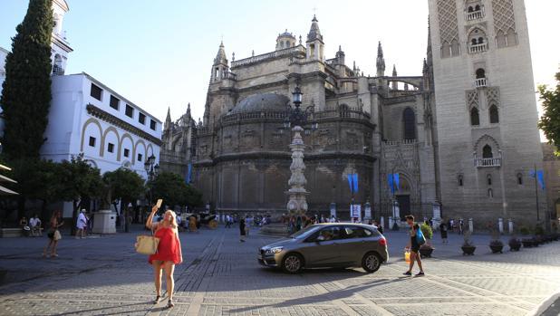 Un vehículo en la Plaza de la Virgen de los Reyes