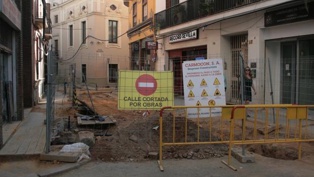La segunda fase de las obras de Emasesa en la calle Amor de Dios durarán hasta el mes de febrero
