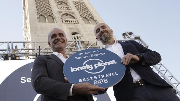 Antonio Muñoz y Javier Zaldúa, con el distintivo de la Lonely Planet