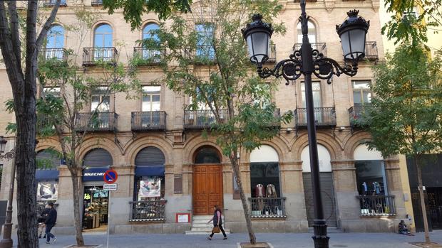 Edificio de la calle Laraña que ha solicitado en la Junta de Andalucía su reconversión en apartamentos turísticos