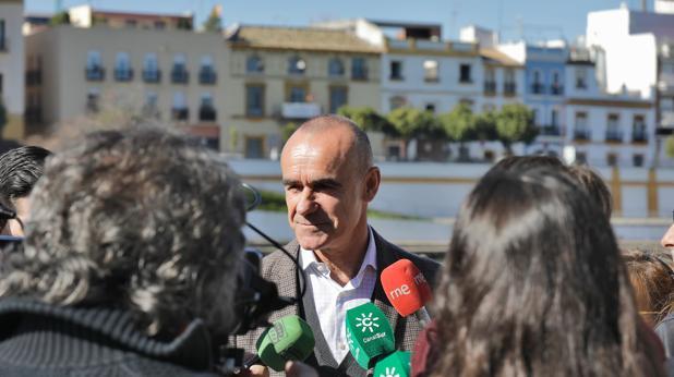 El concejal de Turismo atiende a los medios