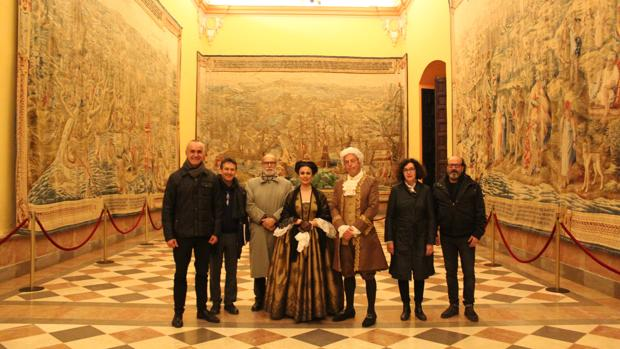 Responsables del monumento junto a miembros de la Compañía de Teatro Clásico de Sevilla