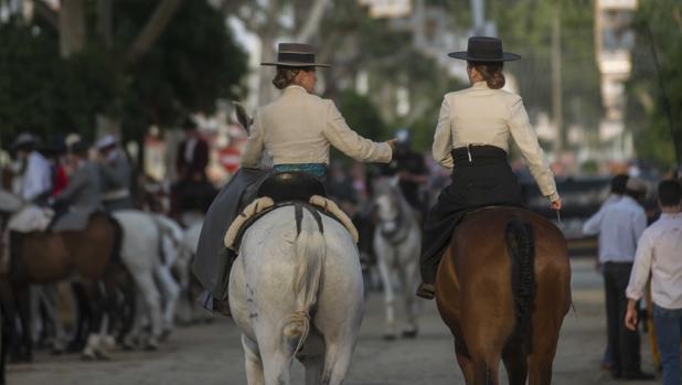 Jinetes paseando por la Feria de Sevilla
