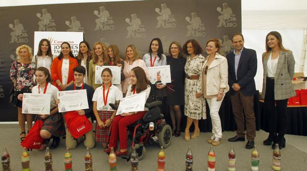 Foto de familia de los premiados en el 58 concurso Coca-Cola de Jóvenes Talentos de Relato Corto