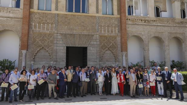 Foto de familia de grandes donantes de sangre en el Real Alcázar