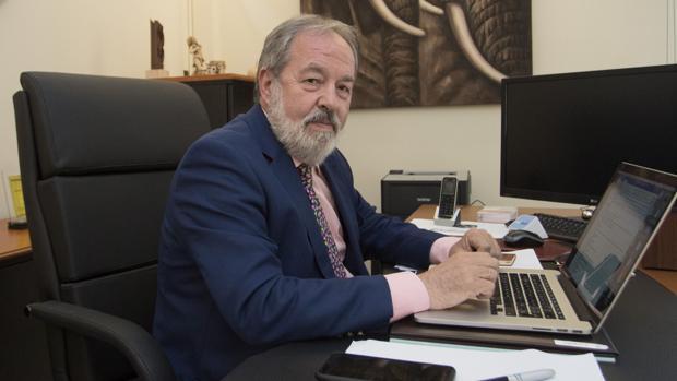 El pediatra Alfonso Carmona está especializado en vacunas