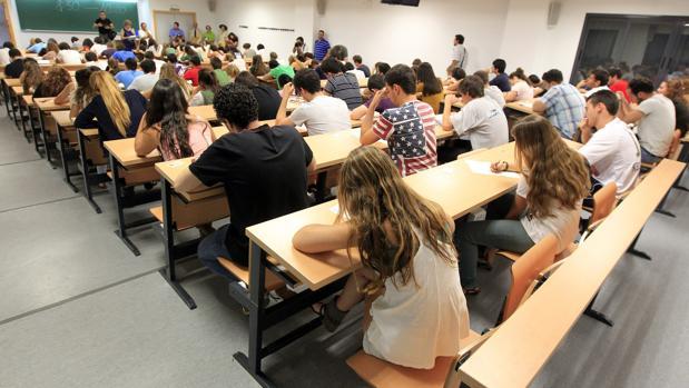Alumnos durante un examen en la Universidad de Sevilla