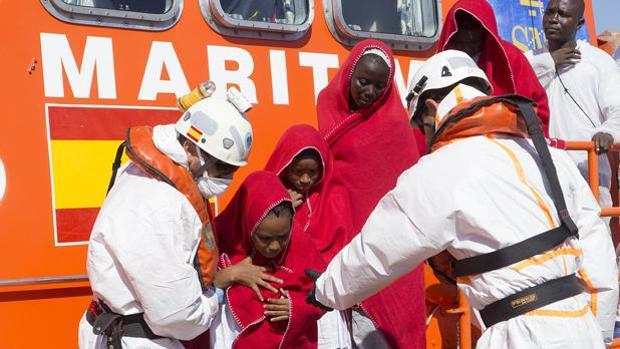 Llegada de un grupo de inmigrantes rescatados por Salvamento Marítimo