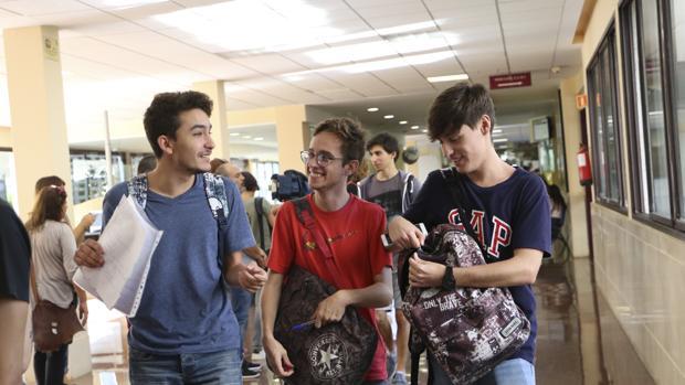 Jövenes al salir de los exámenes de Selectividad en Sevilla