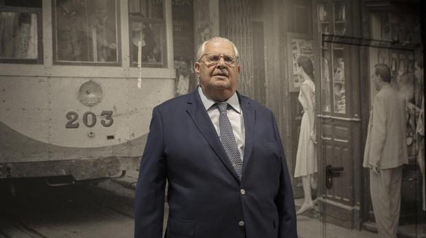 Manuel Barea Velasco delante de una foto de la tienda de la calle Imagen que fue el germen del grupo Barea