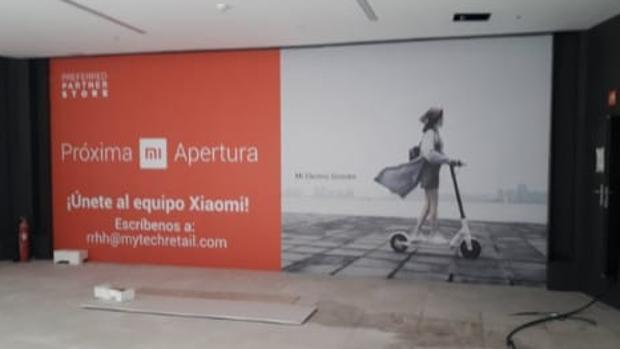Lona que cubre lo que será la tienda de Xiaomi en el centro comercial Torre Sevilla